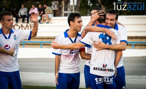 Jugadores de la UDE, celebrando el gol de la victoria.