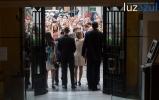 El nuevo equipo de gobierno, saliendo del Ayuntamiento, donde les esperaba un grupo de seguidores.