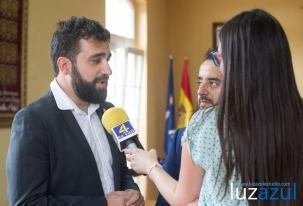 Jordi Julià y Antoni Llorente, atendiendo a TV La Vall.